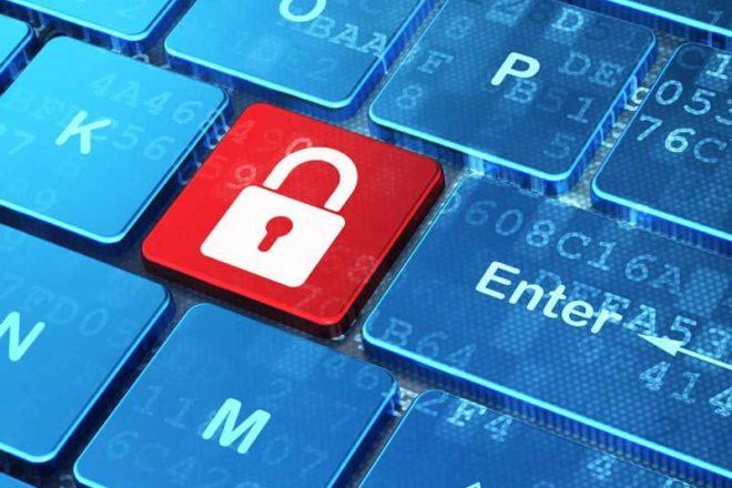 Rotes Vorhängeschloss anstelle eines Buchstaben auf der Computertastatur symbolisiert die Bedeutung von Verschlüsselung