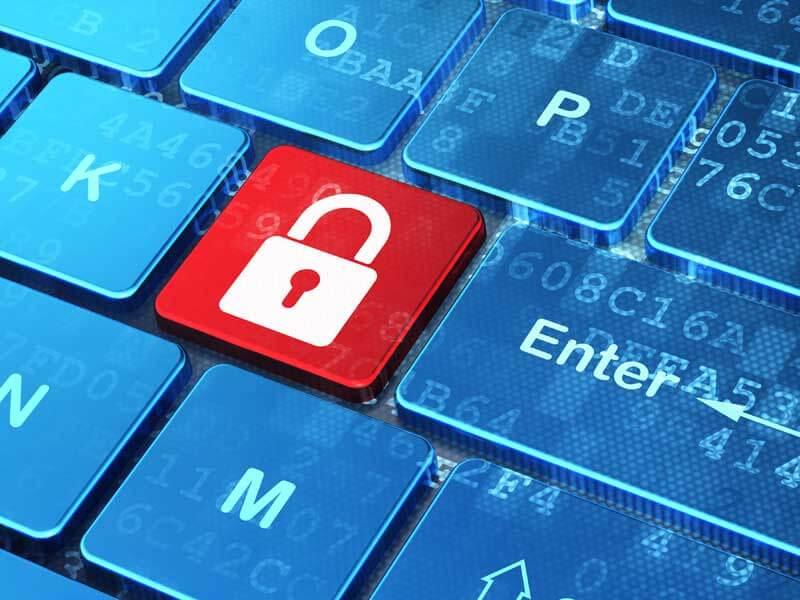 Rotes Vorhängeschloss anstelle eines Buchstaben auf der Computertastatur symbolisiert die Bedeutjng von Verschlüsselung