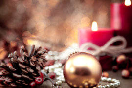 Foto von Weihnachtskugel vor Kerzen