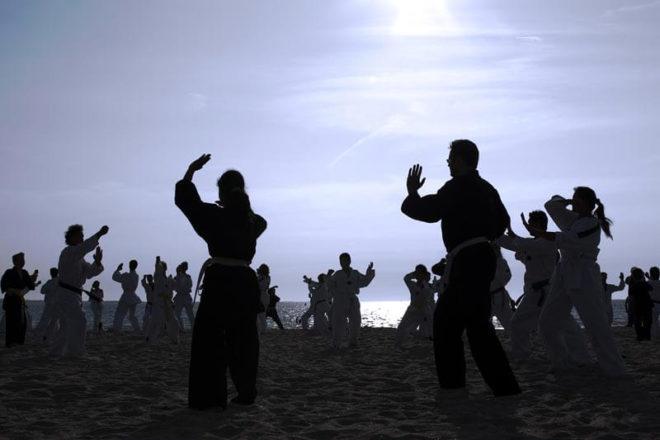 Foto von Menschen beim Tai Chi, auch solche Kurse können Gehaltsextras sein