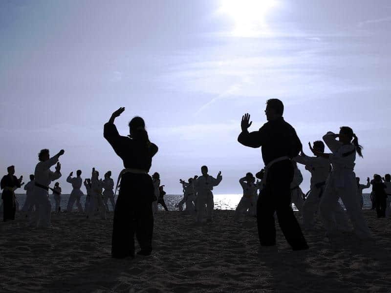 Foto von Menschen beim Tai Chi