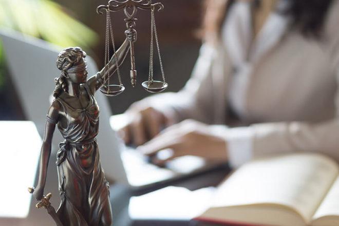 Ein Foto von Justitia steht als Symbol für das Urteil, dass Steuerberatungskosten kein Arbeitslohn sind