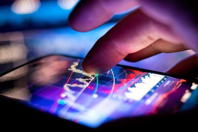 Bild von einem Finger, der auf dem Smartphone-Bildschirm Kurven verfolgt, symbolisiert die digitale Transformation Mittelstand
