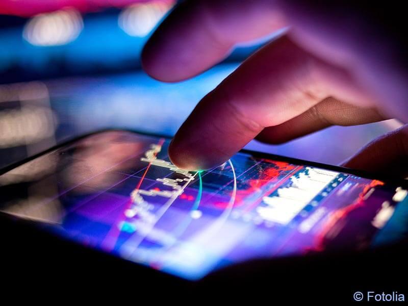Bild von einem Finger, der auf dem Smartphone-Bildschirm Kurven verfolgt