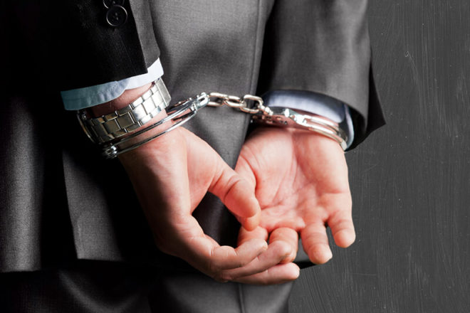 Mann in Handschellen als Symbol für die Haftung der Geschäftsführer