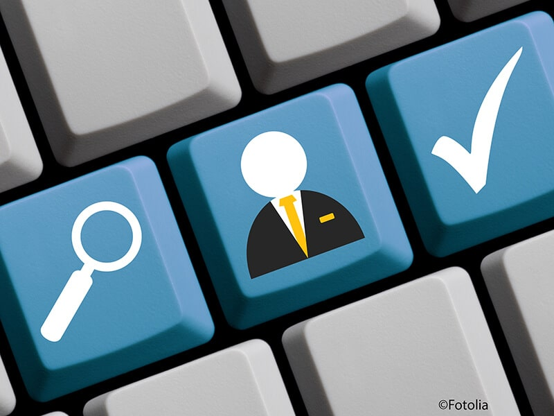 Bild zeigt Tastatur eines Computers mit den Piktogrammen für Lupe und Bewerber und einem Haken