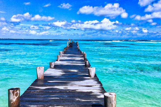 Bild von einem Steg vor dem blauen Meer