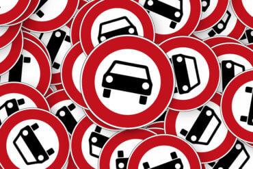 Rundes Verkehrsschild mit Verbot für Auto
