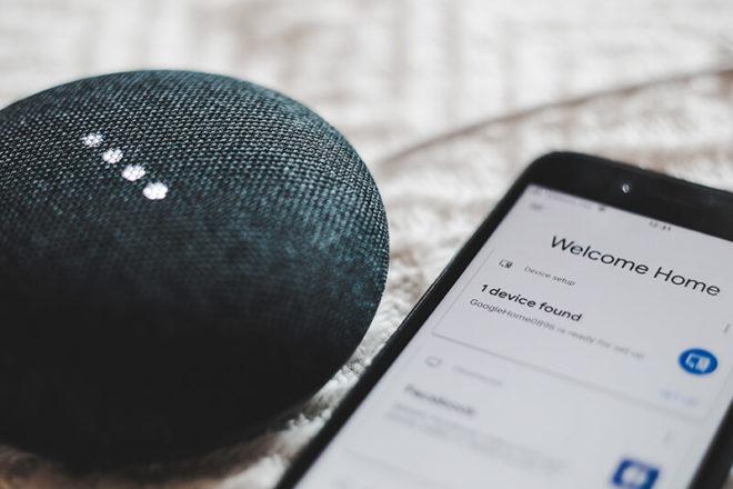 Bild von Smartphone dass sich mit einem Smart Home Geraet verbindet
