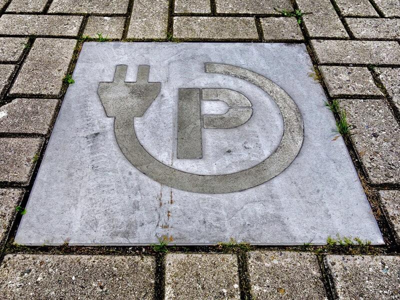 Symbol fuer Stromtankstelle auf dem Asphalt