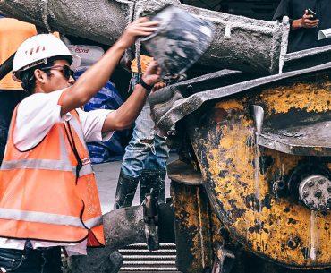 Bild mit Bauarbeiter der Beton verarbeitet