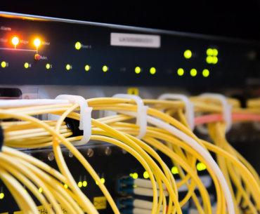Bild mit Kabeln die in einen Rechner gehen