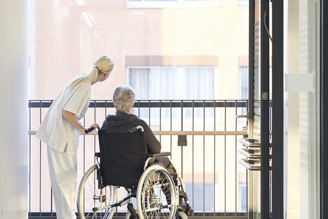 Bild mit Rollstuhlfahrer im Krankenhaus und seinem Betreuer. Wenn er eineVorsorgevollmacht ohne Notar verfasst hat, könnte das zu Problemen bei dringenden Entscheidungen führen