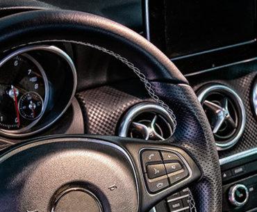 Bild mit Cockpit eines Autos der Luxusklasse