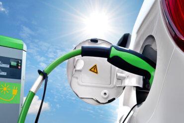 Foto von Stromkabel in der Beladungsvorrichtung eines Autos