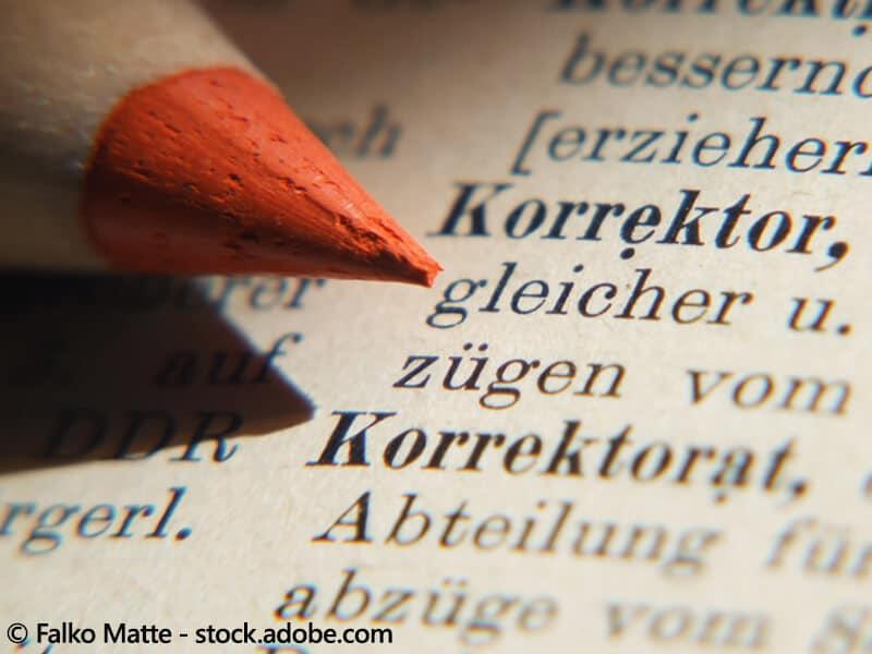 Bild mit Stift auf dem Wort Korrektur im Duden