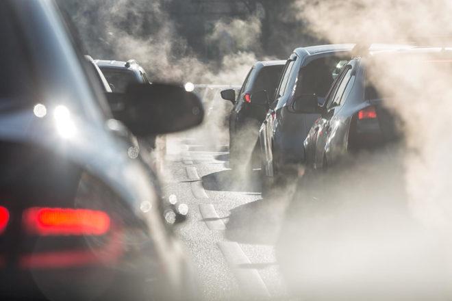 Autos im Stau inmitten von Abgasschwaden. Der Dieselskandal wird mit der Musterfeststellungsklage aufgearbeitet