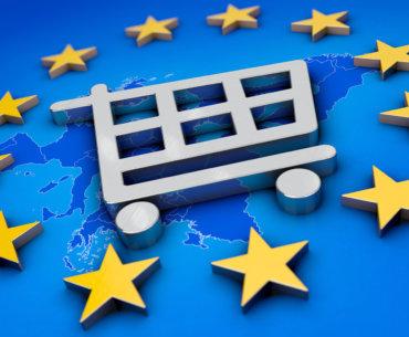 Piktogramm mit einem Einkaufswagen über der Europakarte umringt von den Sternen der europäischenFlagge