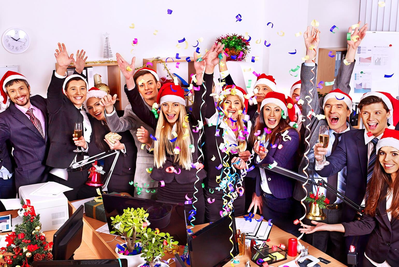 Kollegen im Büro bei Weihnachtsfeier