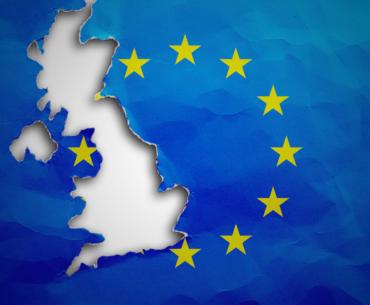 Bild einer Europaflagge aus der der Umriss der britischen Insel herausgeschnitten ist