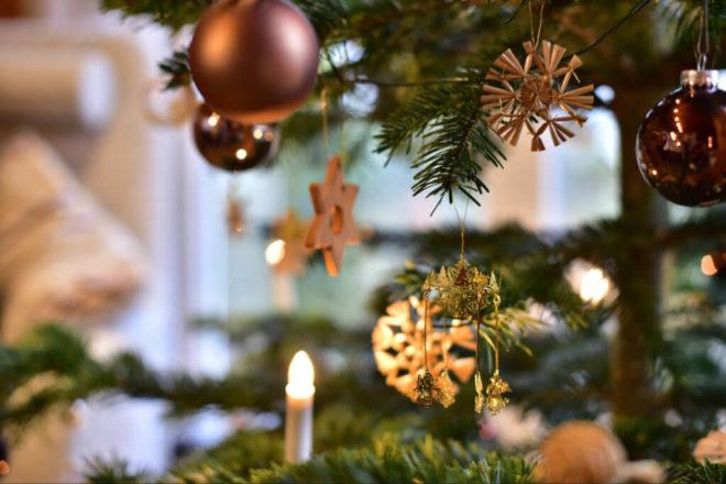 Foto von Weihnachtsbaum als Symbolbild für Weihnachten, wenn Sopenden verteilt werden und eine Spendenquittung wichtig ist