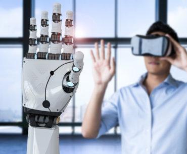 Mann mit einer VR-brille bewegt die Finger einer Roboterhand