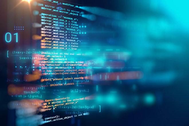 Das Bild zeigt Zeilen von Programmiercode eingespiegelt auf einer Glasscheibe