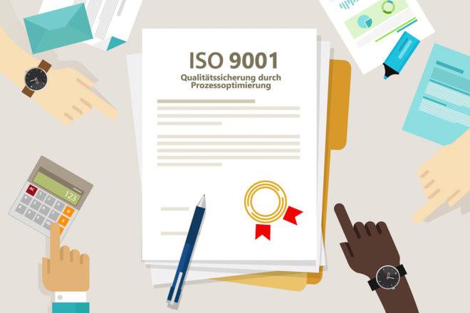Viele Hände zeigen auf ein DIN Iso Zertifikat für Qualitätsmanagement bei dem es um reibungslose Abläufe für mehr Qualität geht