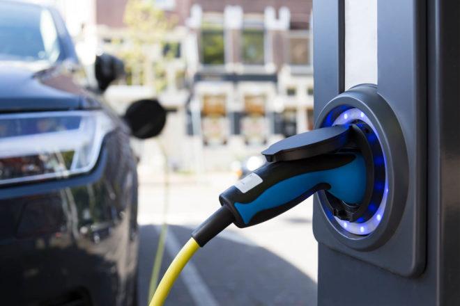 Bild vom Ladestecker eines Elektroautos. Noch gibt es beim kauf einen Umweltbonus