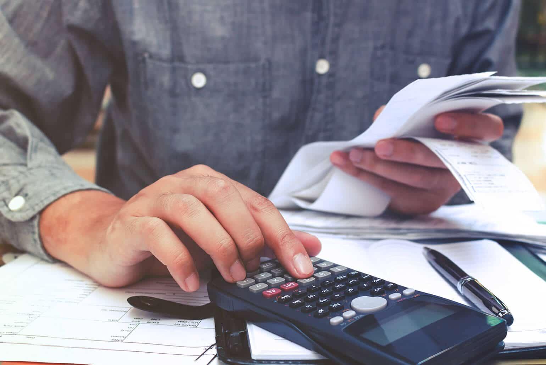 Unternehmer macht die Reisekostenabrechnung