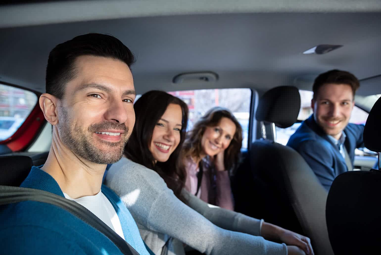 Foto von Personen im Auto die eine Fahrgemeinschaft bilden