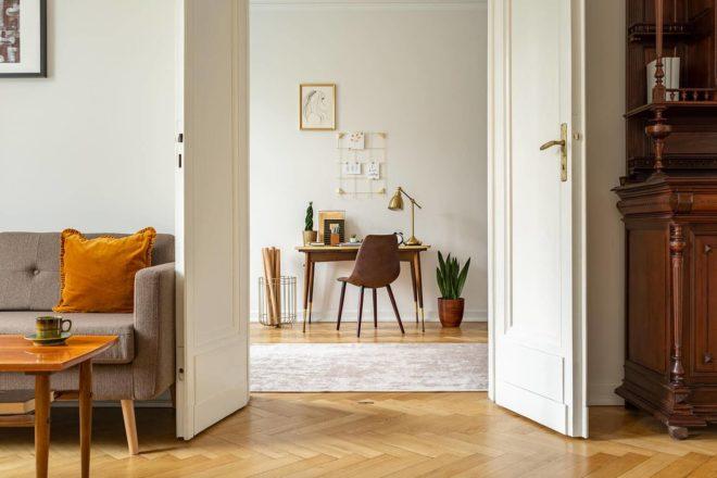 Blick in eine Privatwohnung wirft die Frage auf, wann die Kosten für das häusliche Arbeitszimmer abzugsfähig sind