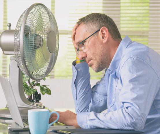 Hitze im Büro: Welche Kleidung ist angemessen?