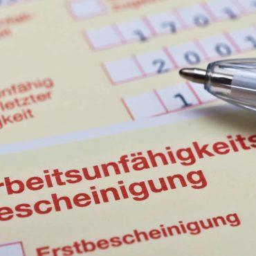 Foto einer Arbeitsunfähigkeitsbescheinigung, dem sogenannten gelben Zettel