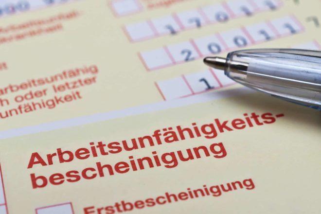Foto einer Arbeitsunfähigkeitsbescheinigung, dem sogenannten gelben Zettel, der zur Krankschreibung dient