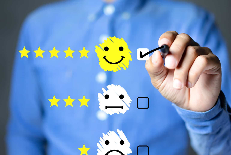Foto von einem Mann, der Leistung eines Mitarbeiters mit Sternen und Smileys bewertet