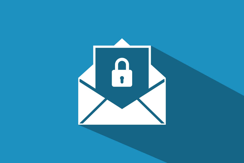 Symbolfoto für E-Mail-Verschlüsselung mit einem Vorhängeschloss, das in einen Briefumschlag gesteckt wird