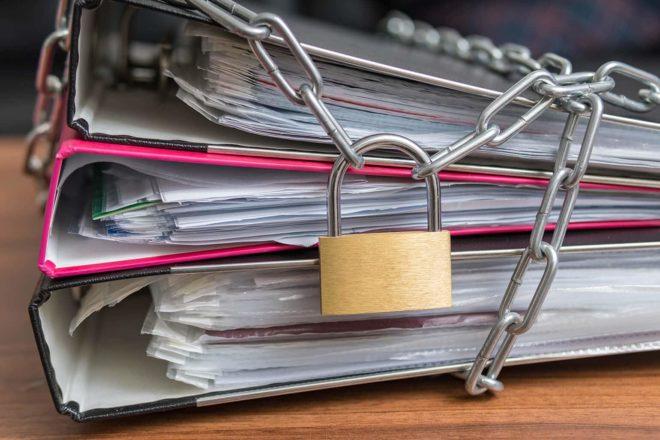 Akten werden gesichert mit einem Vorhängeschloss, auch das könnte Datenschutz sein