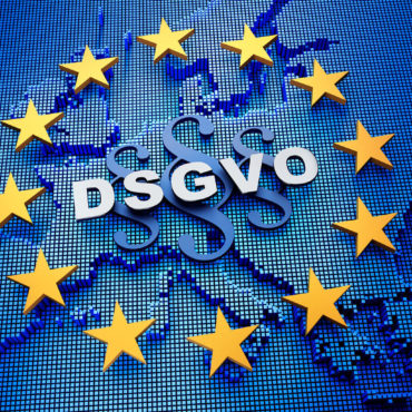 Foto der EU-Flagge mit eingeblendeter Landkarte, Paragrafenzeichen und dem Schriftzug DSGVO