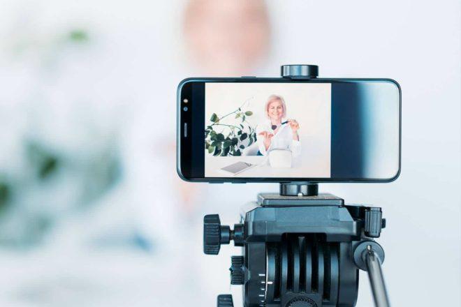 Ein Videoblogger nimmt seinen Post mit einem Smartphone auf