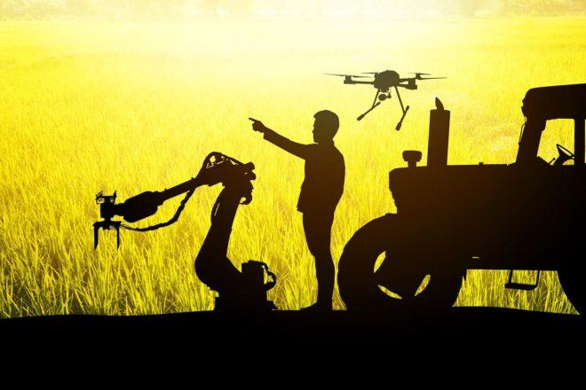Schattenriss-Foto eines Landwirts der von einem Traktor einer Drohne und einem Roboter umgeben ist, symbolisiert das Thema Landwirtschaft und Digitalisierung