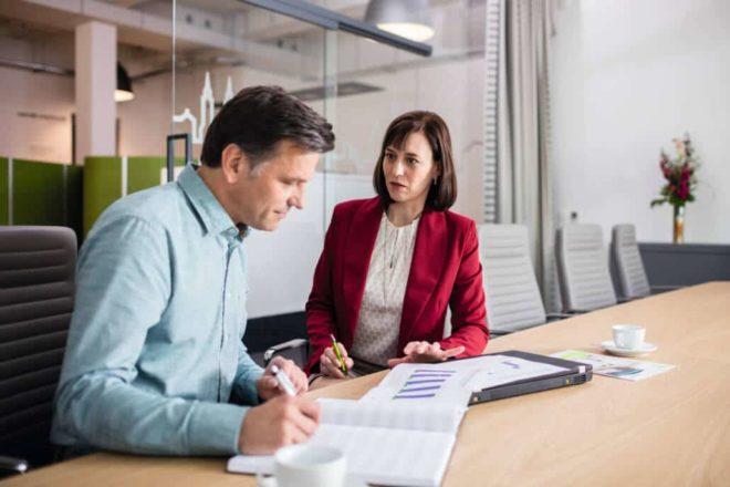 Steuerberater berät eine Unternehmerin