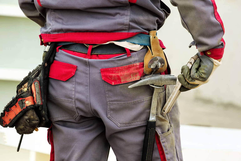 Handwerkerrückseite mit möglicherweise zur Waffe tauglichem Werkzeug