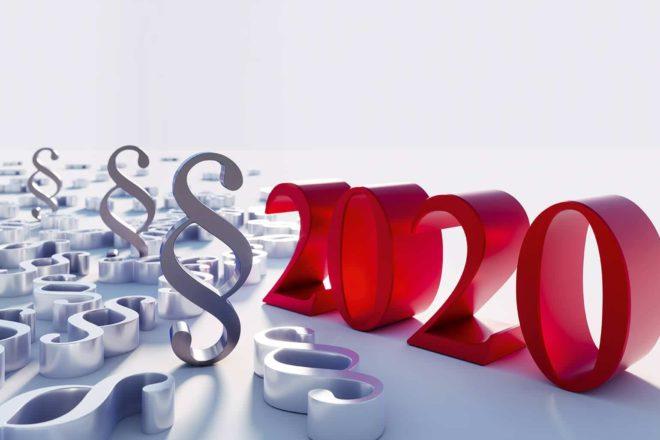 Paragraphensymbole werfen ihre Schatten auf die Jahreszahl 2020 und stehen symbolisch für die Gesetzesänderungen 2020
