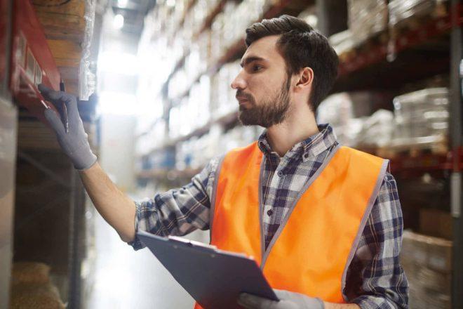 Mitarbeiter checkt den Warenbestand im Lager und sollte deshalb die Inventurverfahren kennen