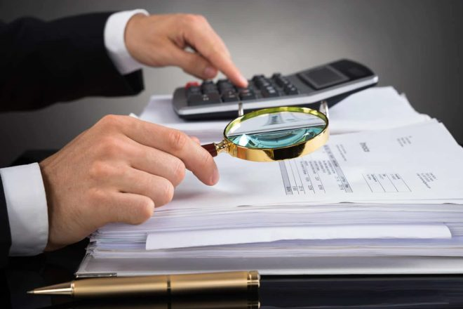 Bei der Betriebsprüfung der Rentenversicherung nimmt der Prüfer die Abrechnungen unter die Lupe.