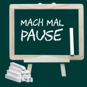 Bild zeigt eine Schultafel mit der Aufschrift Mach mal Pause