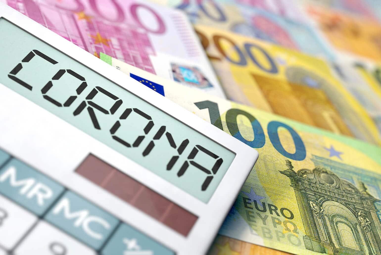 Foto eines Taschenrechners auf Geldscheinen auf dessen Display Corona zu lesen ist