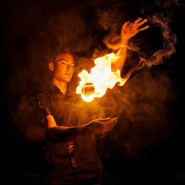 Das Foto zeigt einen Feuerschlucker bei seiner Vorführung.