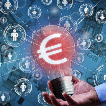 Grafik zeigt als Symbol für Crowdfunding über Plattformen und Crowdfinanzierung eine Hand, die einen Stapel Münzen hält, darüber ein Eurosymbol und per Linien gezogene Verbindungen zu Einzelpersonen
